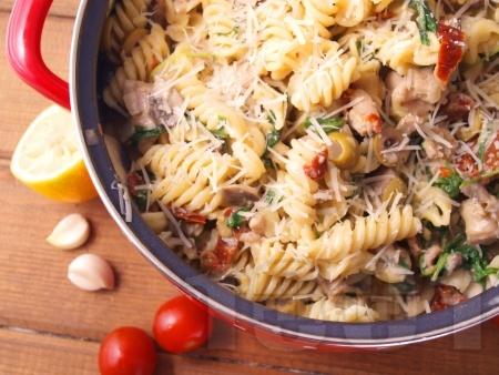 Фузили паста със свинско месо и сос от сметана, гъби печурки, спанак, мариновани сушени домати и маслини - снимка на рецептата